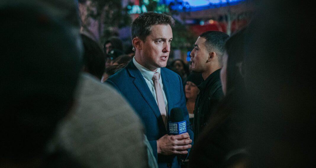 Journalist intervjuar i TV